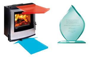 Az Esse 350 Konvekciós kandallókályhája, mellette a díj, melyet dizájn és fejlesztés kategóriában nyert.